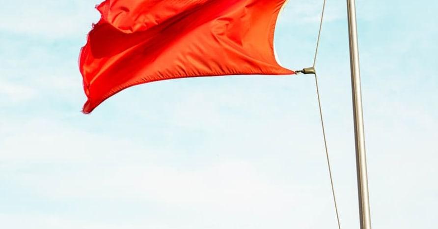 Wielkie czerwone flagi wskazujące na oszustwa w kasynach online